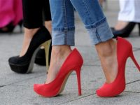 D6888W Women walk in high heels during a high heels evening class in Stuttgart, Germany, 06 July 2012. Photo: FRANZISKA KRAUFMANN